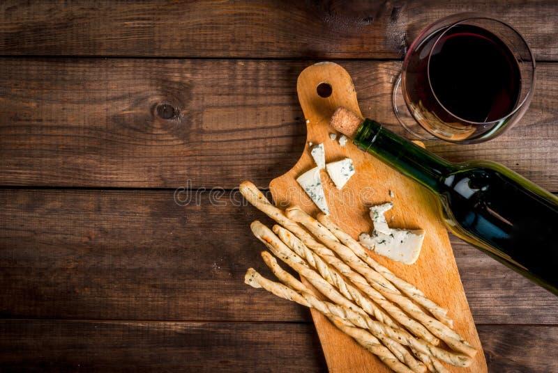 Vin rouge et casse-croûte pour lui image libre de droits