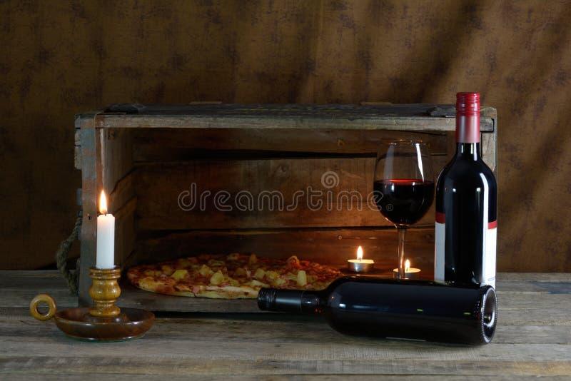 Vin rouge et pizza photographie stock