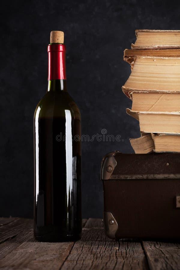 Download Vin rouge et vieux livres photo stock. Image du wooden - 77150334