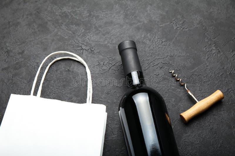 Vin rouge parfumé et luxueux dans une bouteille images libres de droits