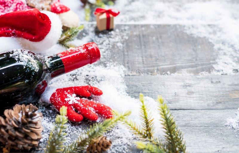 Vin rouge pour la partie de Noël et de bonne année image libre de droits