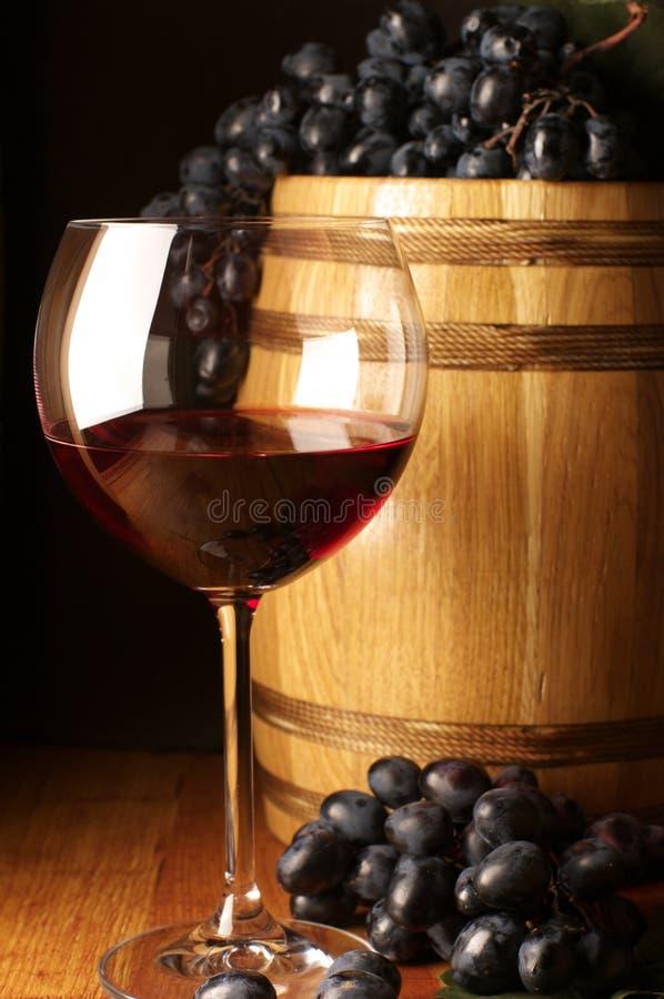 Vin rouge, raisin et baril photographie stock libre de droits