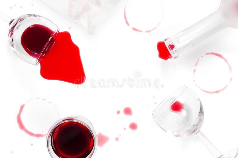Vin rouge renversé sur la table blanche photo stock