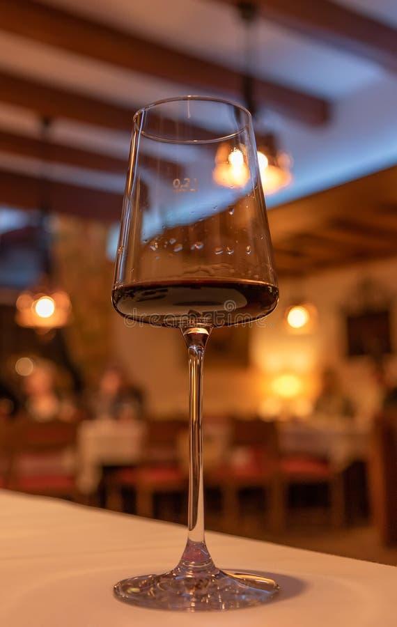 vin rouge sur la table images libres de droits