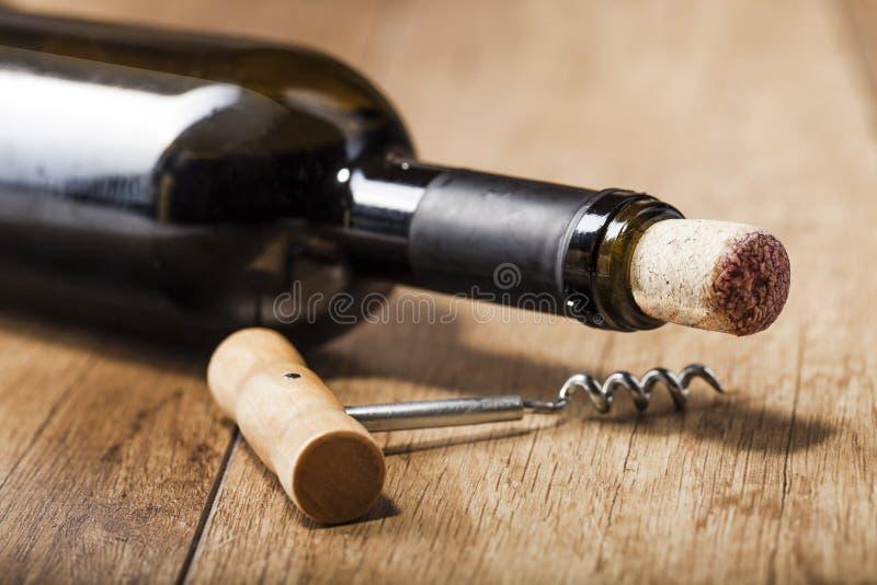 Vin rouge sur le fond en bois image libre de droits