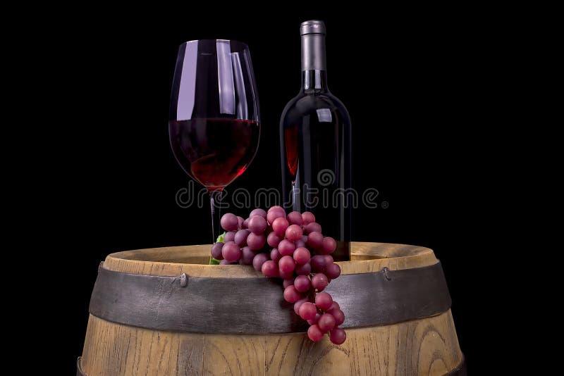 Vin rouge sur un baril, fond noir images libres de droits