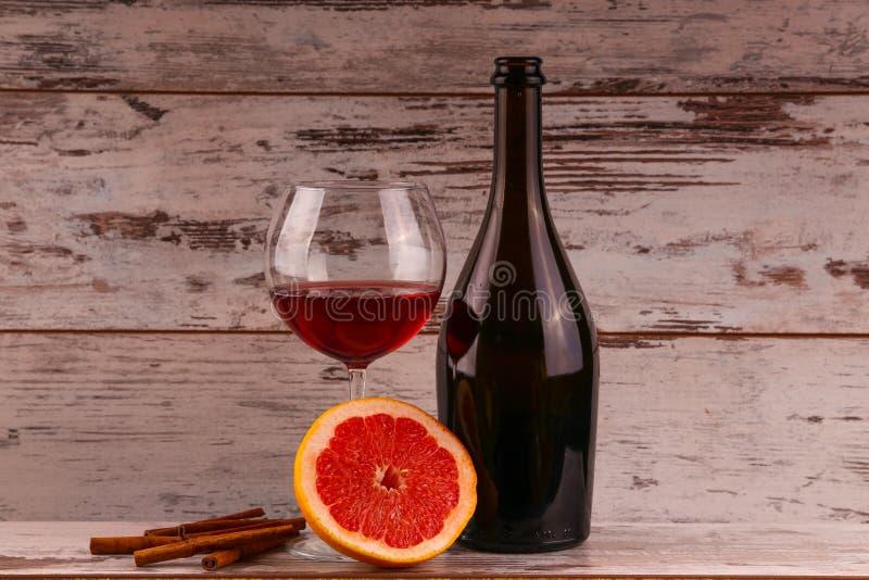 Vin rouge sur un fond noir images stock