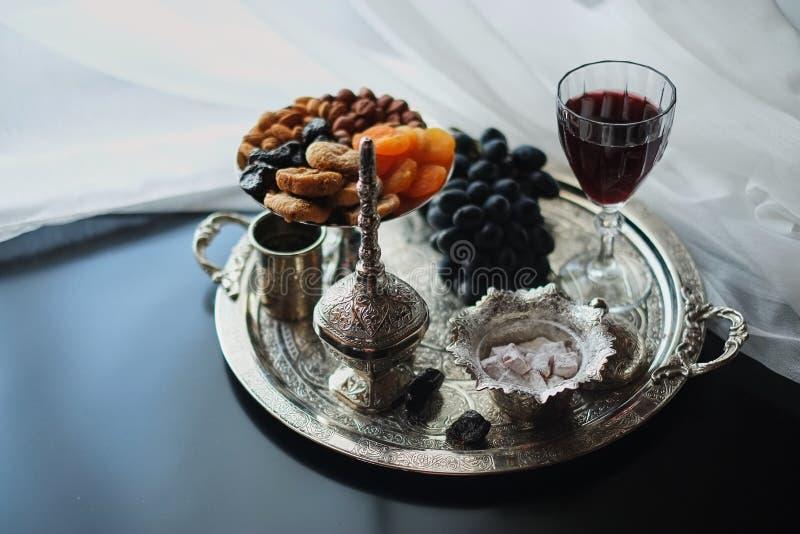Vin rouge, verre à vin avec des noix, raisins et figues sur le fabricbackground en bois et léger foncé photos libres de droits