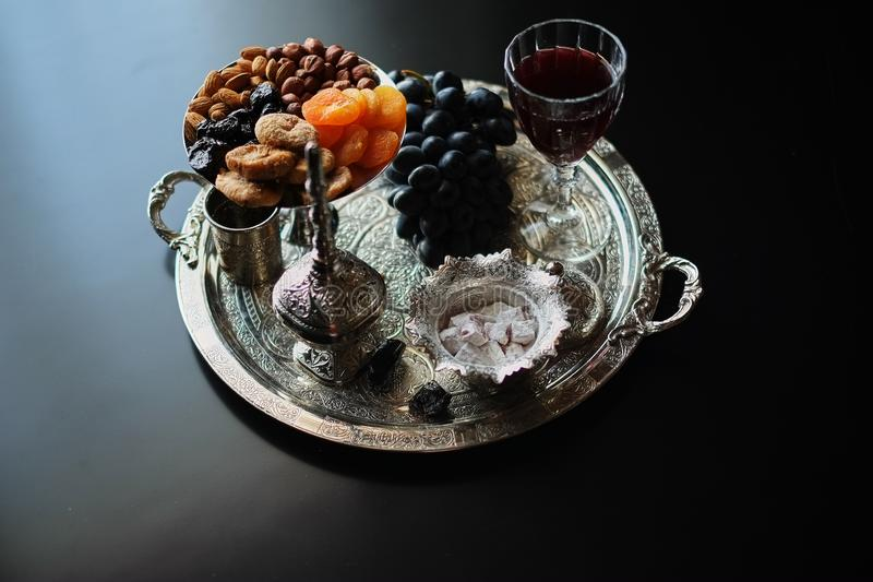 Vin rouge, verre à vin avec des noix, raisins et figues sur le fond en bois foncé image libre de droits