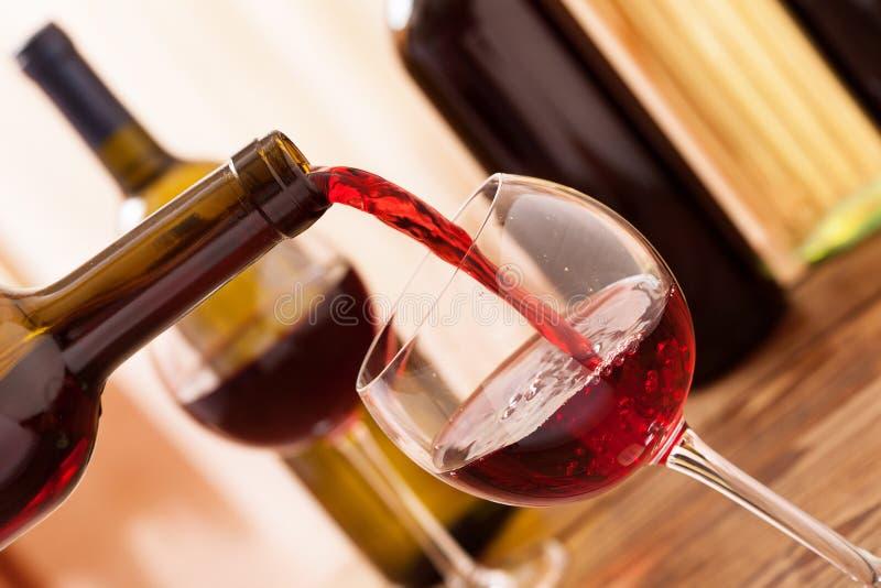 Vin rouge versant dans le verre, plan rapproché photo libre de droits