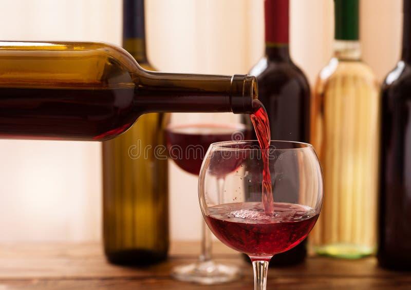 Vin rouge versant dans le verre, plan rapproché photographie stock libre de droits