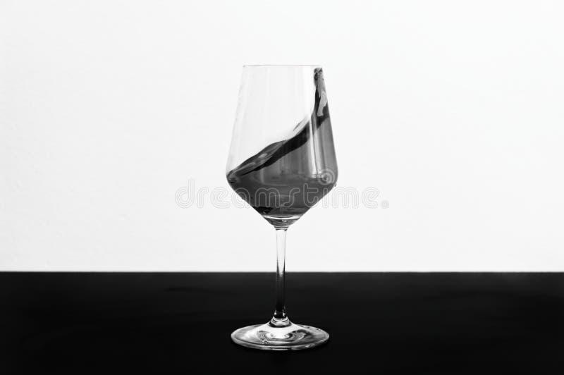 Vin som plaskar ut ur ett exponeringsglas arkivbild