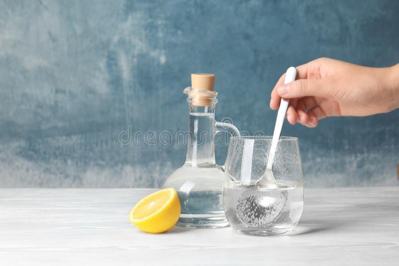 Vinagre de mistura da mulher e bicarbonato de sódio imagem de stock royalty free