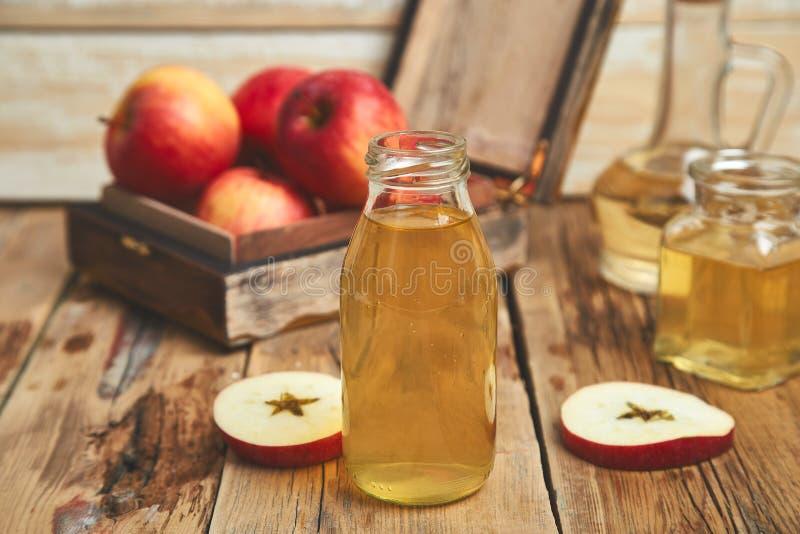 Vinagre de sidra de Apple Botella de vinagre orgánico de la manzana fotografía de archivo