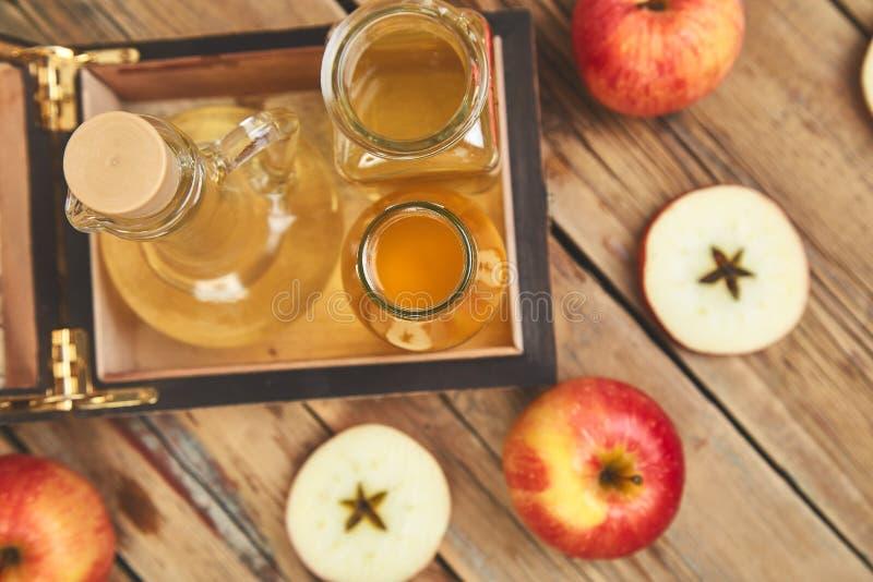 Vinagre de sidra de Apple Botella de vinagre orgánico de la manzana fotografía de archivo libre de regalías
