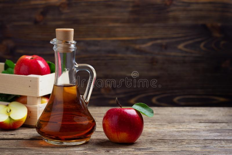 Vinagre de sidra de Apple y manzana roja fresca imágenes de archivo libres de regalías