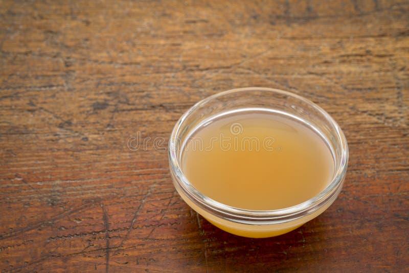 Vinagre de sidra sin filtro, crudo de manzana imagenes de archivo