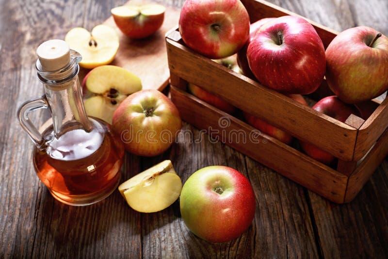 Vinagre e maçãs de sidra de maçã foto de stock