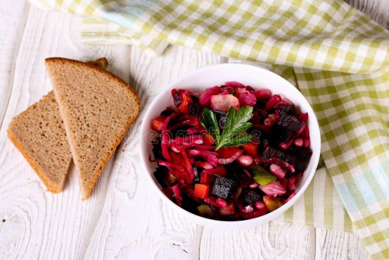 Vinagrete da salada da beterraba em uma bacia branca imagens de stock royalty free