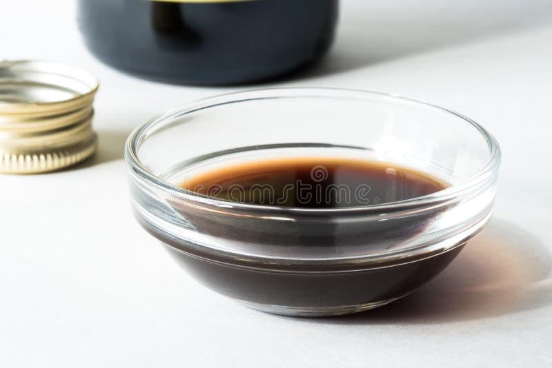 Vinaigre balsamique dans une cuvette de préparation photo stock