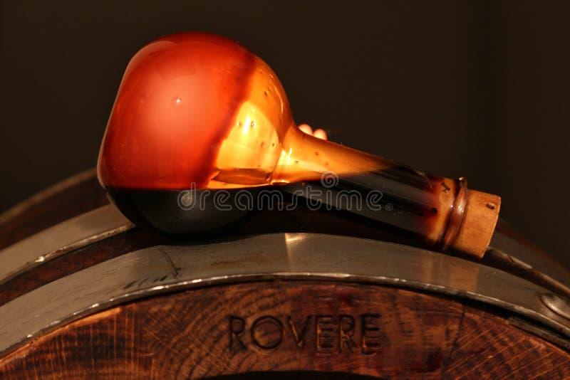 Vinaigre balsamique de Modène, Italie, bouteille en verre contenant Modène de sucrage spécial image stock