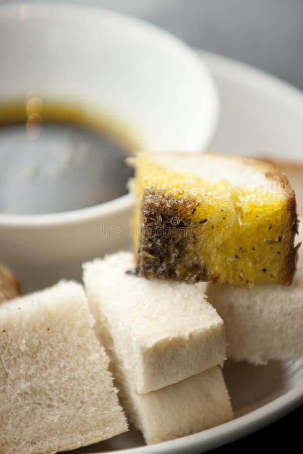 Vinaigre balsamique et Olive Oil dans une cuvette avec un mélange de blanc et photo stock