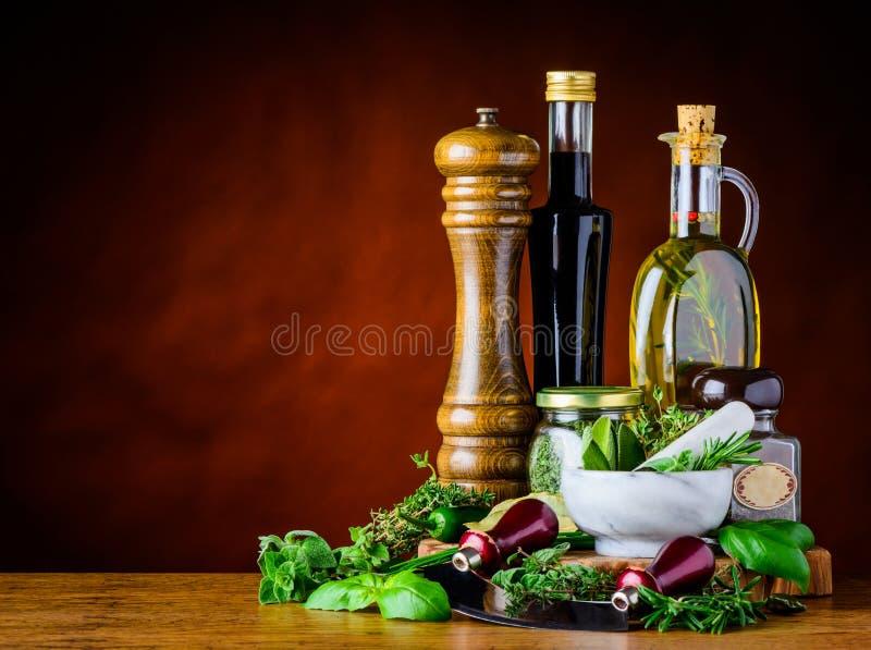 Vinaigre balsamique, Olive Oil et herbes vertes photos libres de droits