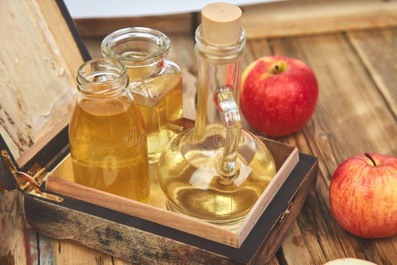 Vinaigre de cidre d'Apple Bouteille de vinaigre organique de pomme image stock