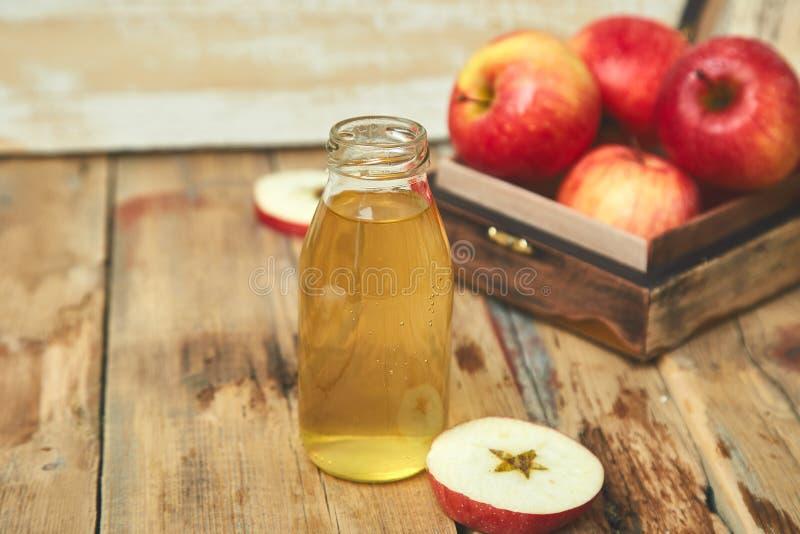 Vinaigre de cidre d'Apple Bouteille de vinaigre organique de pomme photo libre de droits