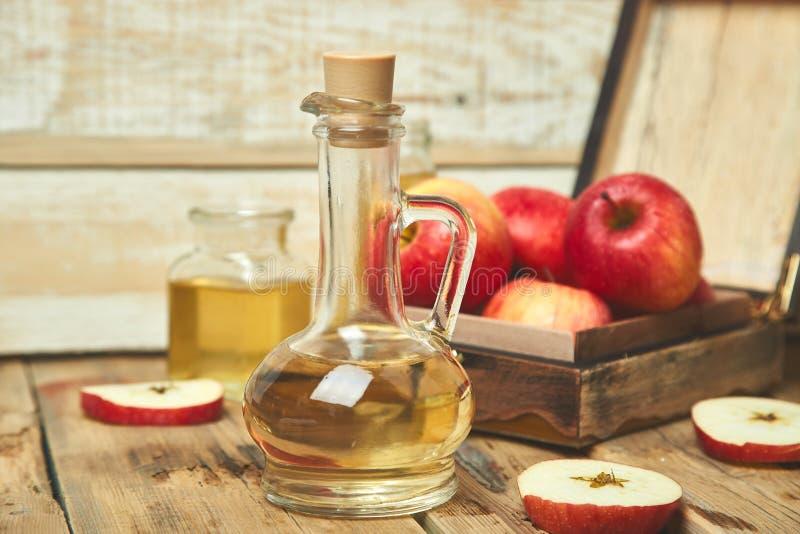 Vinaigre de cidre d'Apple Bouteille de vinaigre organique de pomme image libre de droits