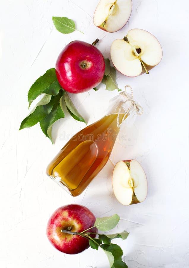 Vinaigre de cidre d'Apple et pommes fraîches photos stock