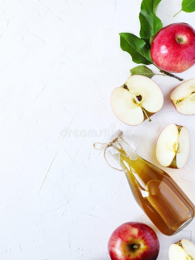Vinaigre de cidre d'Apple et pommes fraîches photographie stock