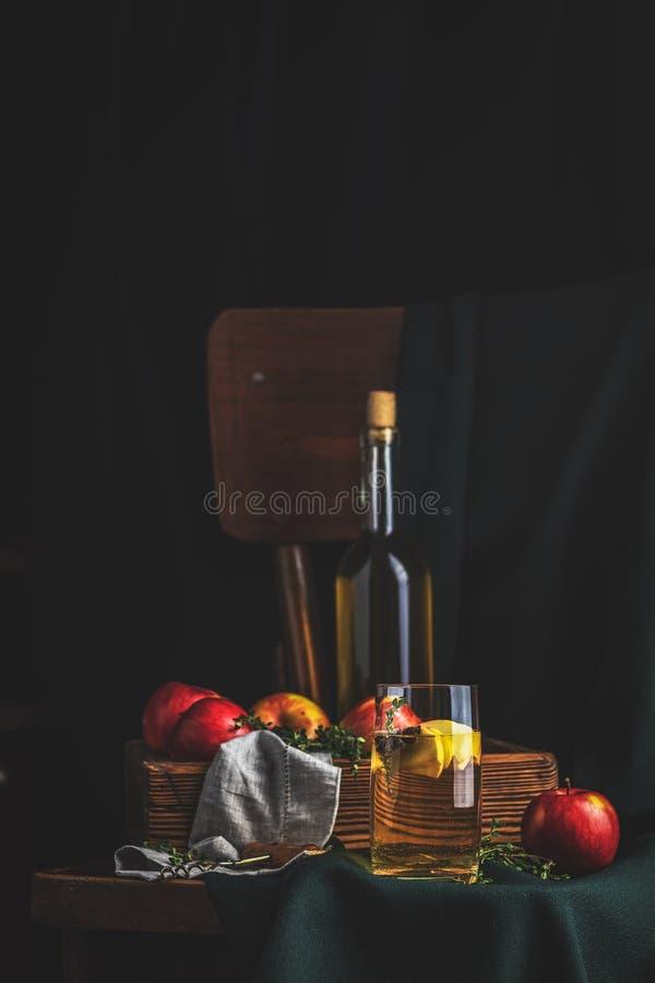 Vinaigre de cidre d'Apple ou thé de fruits avec des tranches de pomme en verre photographie stock libre de droits