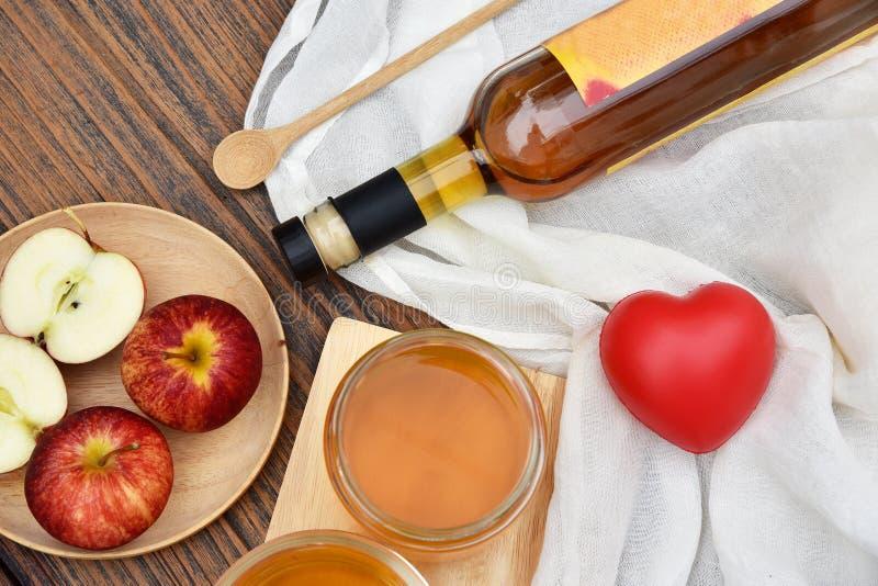 Vinaigre de cidre d'Apple sur le panneau en bois, thé de Kombucha avec des tranches de pomme, boisson probiotic saine de nutritio image libre de droits