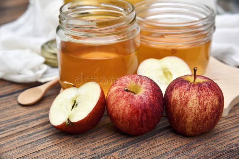 Vinaigre de cidre d'Apple sur le panneau en bois, thé de Kombucha avec des tranches de pomme, boisson probiotic saine de nutritio photos libres de droits
