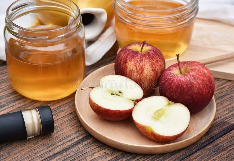 Vinaigre de cidre d'Apple sur le panneau en bois, thé de Kombucha avec des tranches de pomme, boisson probiotic saine de nutritio photographie stock libre de droits