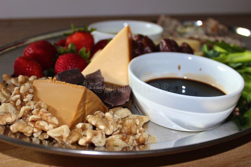 Vinaigre Olive Oil Nuts Strawberries de plateau de fromage image libre de droits