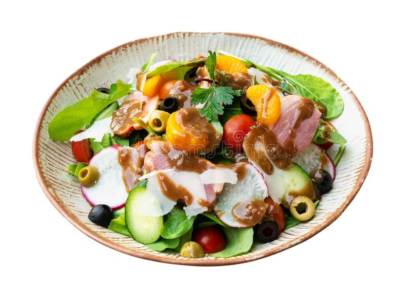 Vinaigrette balsamique orange fumé de salade de fusée de sein de canard dans le plat en céramique d'isolement sur le fond blanc,  photographie stock libre de droits