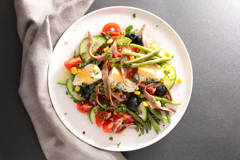 vinaigrette för tonfisk för tomater för sallad för potatisar för olivgrön för nicoise för green för druva för ägg för dressing fö royaltyfri bild