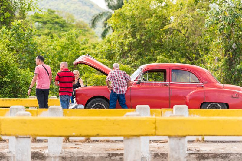 VINALES,古巴- 2017年5月13日:在轨道的美国红色减速火箭的汽车 复制文本的空间 图库摄影