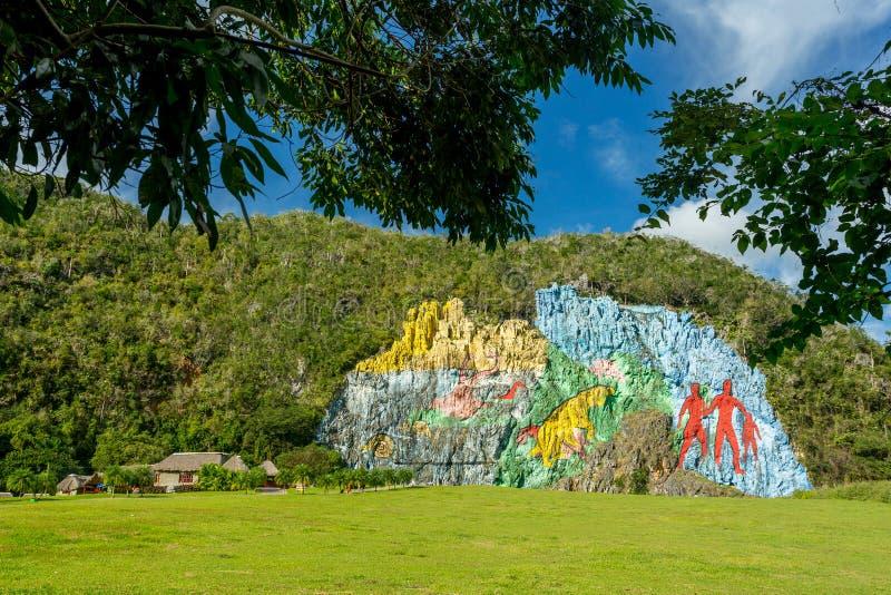 Vinales, Cuba - December 3, 2017: Muurschildering van voorgeschiedenis in Vinales stock fotografie