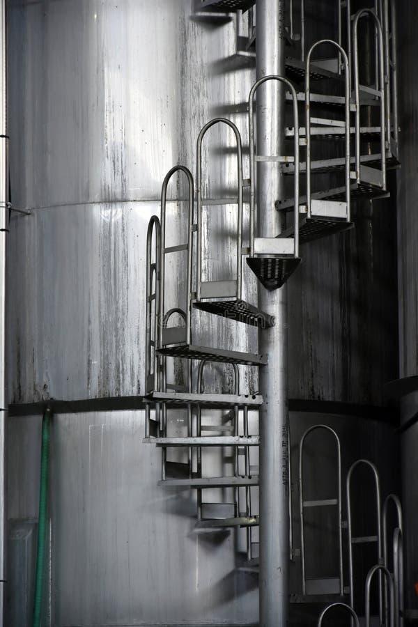 Vinbehållare med spiral trappa royaltyfri fotografi