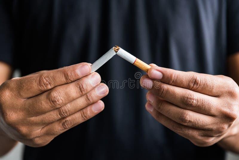 Vincere con problemi di nicotina drogata, smettere di fumare Uscire dal concetto di dipendenza immagini stock