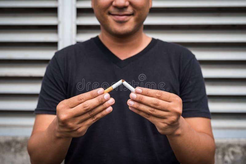 Vincere con problemi di nicotina drogata, smettere di fumare Uscire dal concetto di dipendenza fotografia stock