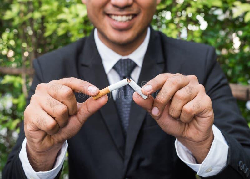 Vincere con problemi di nicotina drogata, smettere di fumare Uscire dal concetto di dipendenza immagine stock libera da diritti