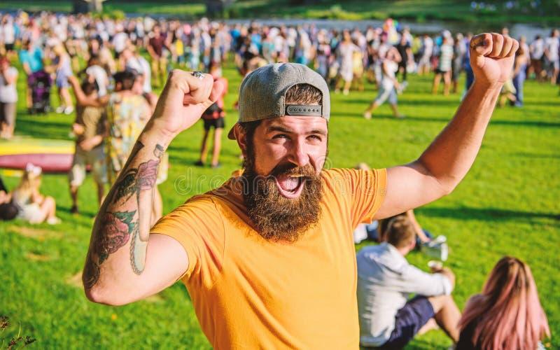 Vincitore felice Uomo barbuto felice che grida e che fa gesto del vincitore il giorno di estate Tipo emozionale con i baffi e la  immagini stock