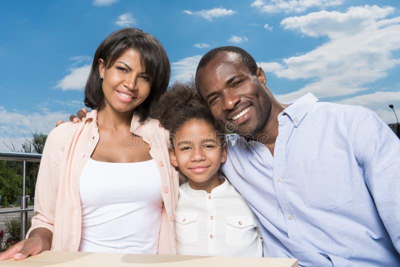 vinculación afroamericana hermosa de la familia foto de archivo libre de regalías