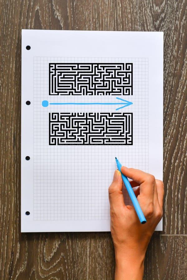 Vind een beter oplossing of kortere wegconcept met labyrint en vorm stock afbeeldingen