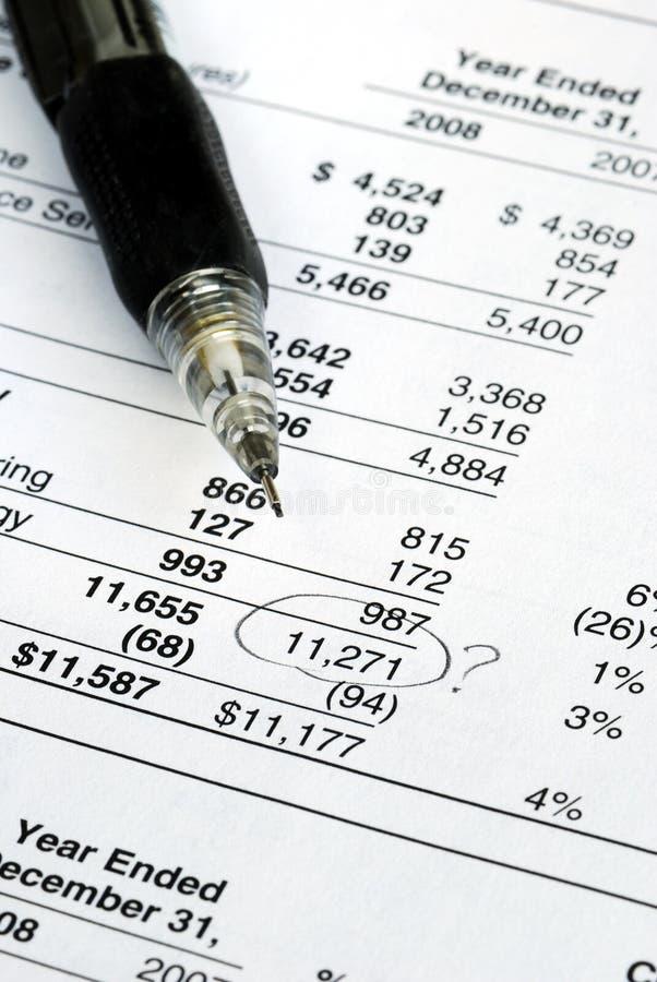Vind een fout in de controle van de financiële verklaring stock afbeelding