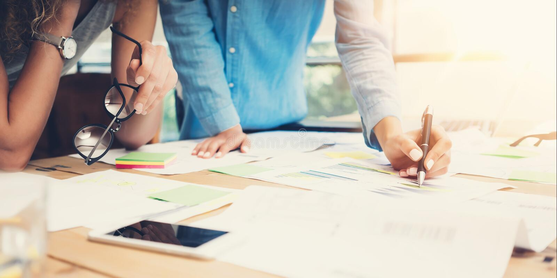 Vind för kontor för Coworkersarbetsprocess modern Kontochefer Team Produce New Idea Project Ungt affärsbesättningarbete royaltyfria bilder